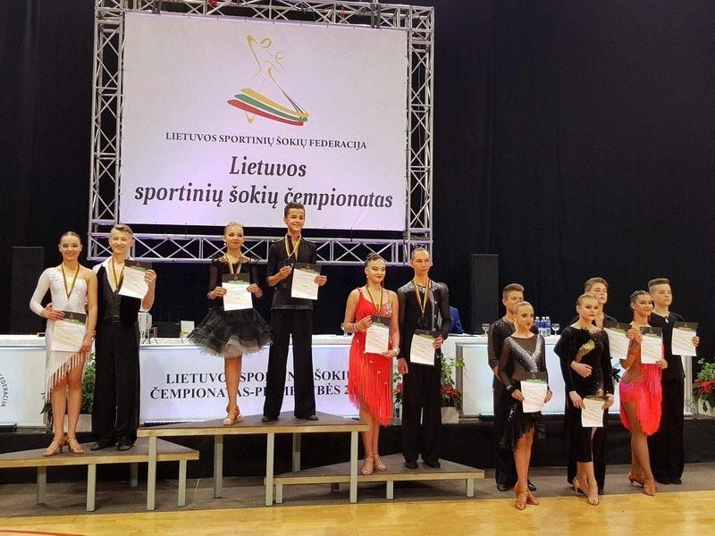 Lietuvos dešimties sportinių šokių čempionate Kauno Veršvų gimnazijos moksleiviai