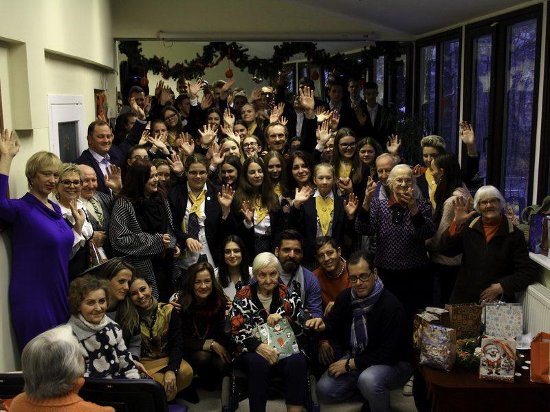 """Adventinis Kauno Veršvų gimnazijos choro """"Allegro"""" koncertas Panemunės socialinės globos namuose"""